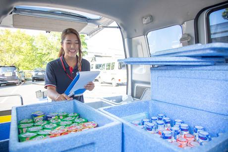 R-1ヨーグルトなど明治の商品を軽自動車に乗って一般家庭に『配達』をするお仕事です。